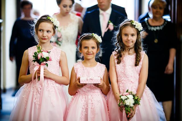 ślubne inspiracje, drużki, różowe sukienki, dziewczynki, druhenki, obrączki ślubne, dzieci na weselu