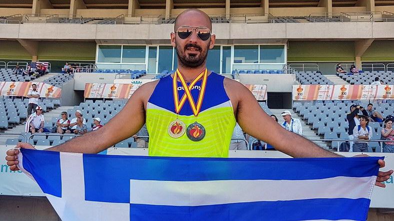 Ο Απόστολος Χαριτωνίδης προσφέρει το χρυσό μετάλλιο του Παγκόσμιου Πρωταθλητή στη μνήμη του Νίκου Σαμαρά