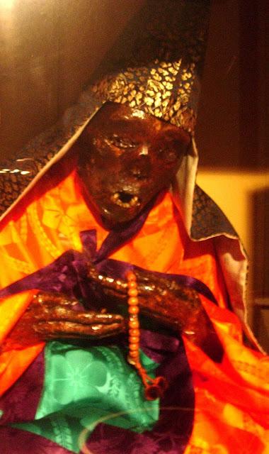 ritual bunuh diri dan menjadi mumi paling mengerikan di dunia