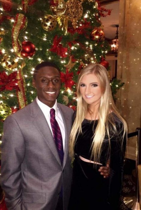 Sus padres dejan de darle dinero por tener un novio de color