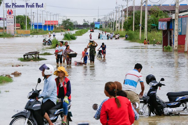 Motorists turn around on Chamka Doung road yesterday in Dangkor district after flood waters rendered the road impassable. Heng Chivoan
