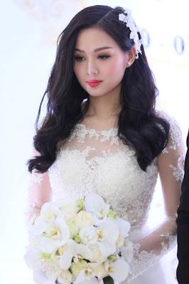 Cách chọn cài tóc cô dâu cho mái tóc xoăn bồng bềnh