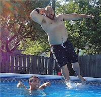 Witziger dicker Mann springt in Pool - Wasser, Sommer lustig