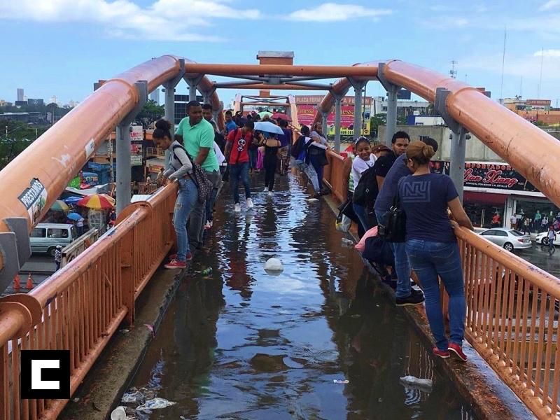 """El """"challenge"""" de cruzar el puente sin mojarse"""