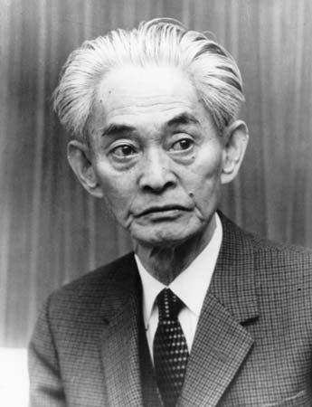 Kawabata Yasunari bắt đầu văn nghiệp từ rất sớm, ngay hồi trung học đã có rất nhiều thơ và truyện ngắn của ông được ấn hành. Ông bắt đầu được công nhận vào năm 1926 với truyện ngắn Vũ nữ xứ Izu và trở thành ngôi sao sáng khi hoàn thành tác phẩm Xứ tuyết vào năm 1947. Sau đó, tên tuổi ông càng chói sáng hơn với những tác phẩm như : Ngàn cánh hạc (1947), Tiếng rền của núi (1954), Hồ (1955), Người đẹp say ngủ (1961), Cố đô (1962), Đẹp và buồn (1964).