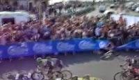 Bariyerlere Çarpan Bisikletçi Yarışa Böyle Devam Etti Haberi
