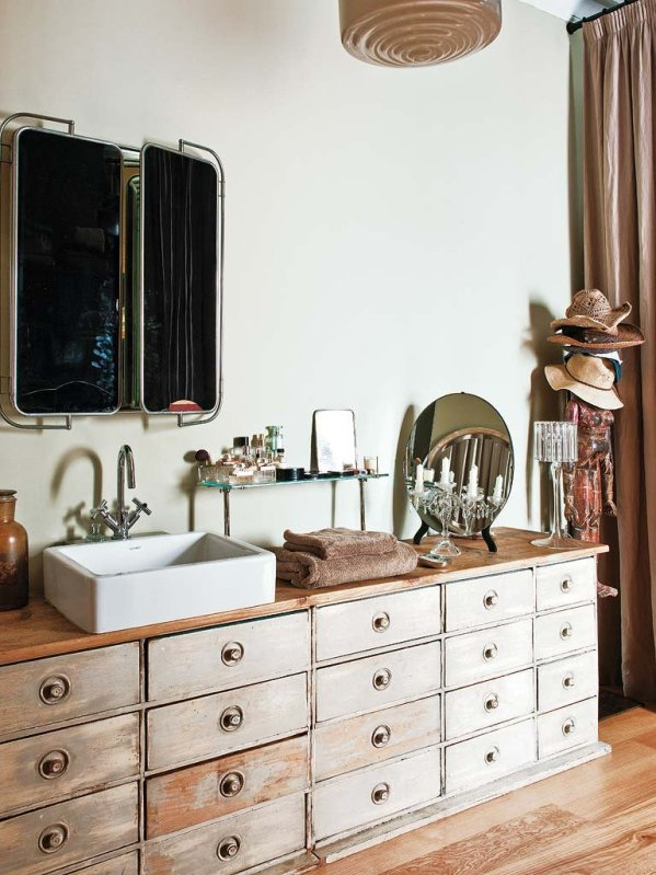 antiguo mueble de oficina como mueble de baño chicanddeco