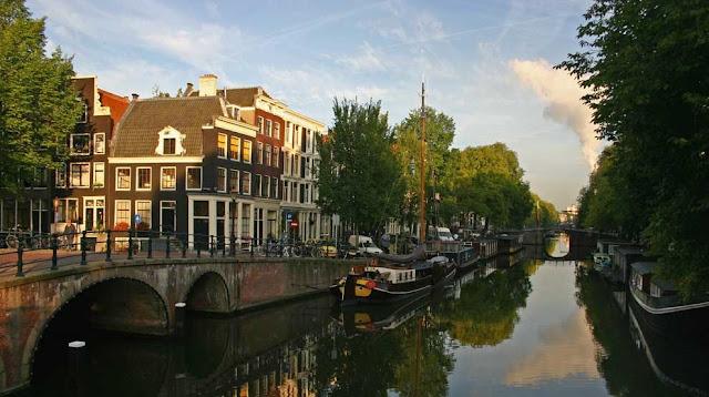 Canal Singel e o Mercado de Flores em Amsterdã