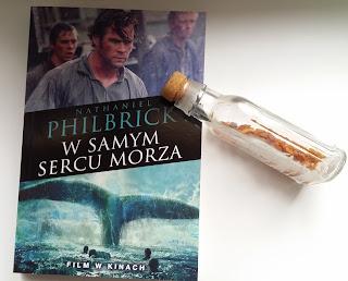 """Klasyczna powieść o morzu, przetrwaniu i niezłomnej nadziei. Recenzja """"W samym sercu morza"""" Nathaniela Philbricka."""