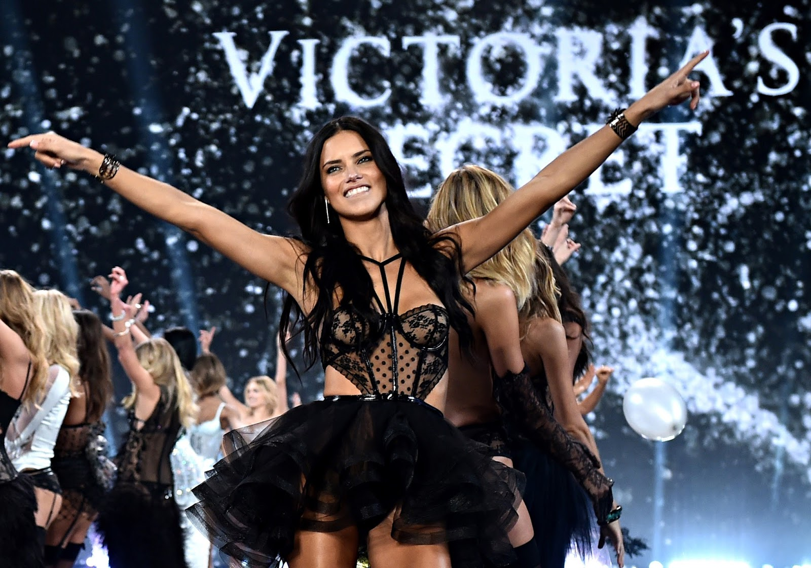 ALL TIME FAV MOMENTS FROM VICTORIA'S SECRET FASHION SHOW PART I