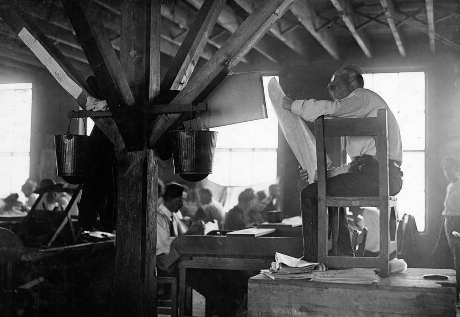 A lector in a Tampa, Florida cigar factory, 1909. La lectura (the reading) provided an education for the workers, but it also caused friction between the workers and the factory owners.
