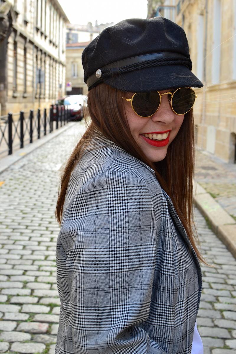 veste prince de galles Missguided, casquette de marin Pimkie, lunette de soleil H&M