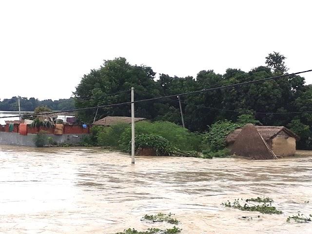 मधवापुर में टूटा बांध, कई घरों में घुसा बाढ़ का पानी