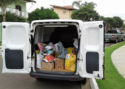 Na terça-feira, dia 21 de novembro, as doações foram reunidas no furgão do Carlos Virginello, a quem agradecemos a gentileza do frete.