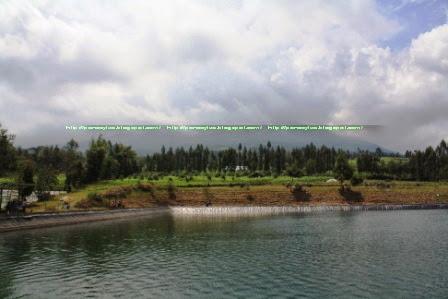 Embung Kledung dengan background Gunung Sindoro yang tertutup awan.