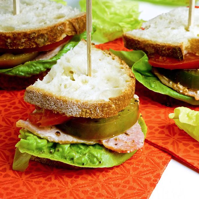 BLT-sandwich met groene en rode tomaten en zelfgemaakte mayonaise