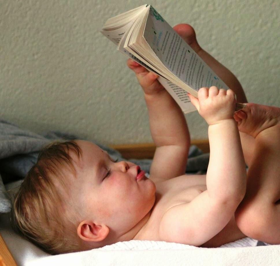 Foto bayi baca buku gratis online