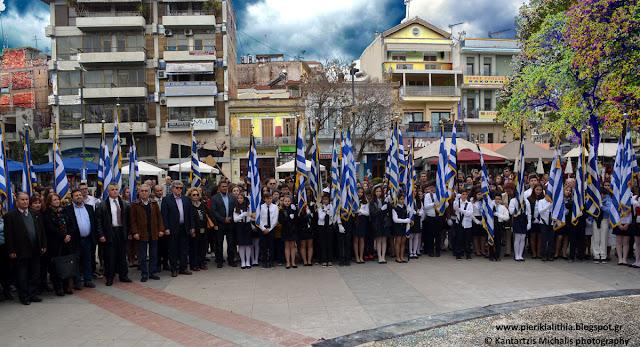 Ο Εθνικός Ύμνος μας στην κατάθεση στεφάνων από τα σχολεία μας στην κεντρική πλατεία Κατερίνης. (ΒΙΝΤΕΟ)