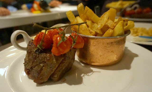 fillet steak with tomatoes and chips