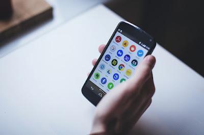 smartphone com aplicações com cache a serem limpos
