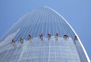 pembersih kaca gedung bertingkat