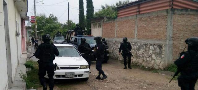 30 hombres vestidos de negro y con el rostro cubierto que llegaron en ocho camionetas,entran a pueblos y ranchos de Guerrero, se llevan a 4 rurales y asesinan campesinos