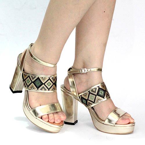 High heels model sandal serasi untuk kebaya tradisional