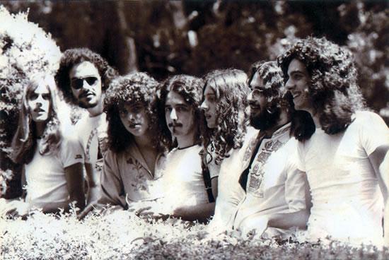 """""""A Barca do Sol"""" foi uma banda brasileira de rock progressivo formada em 1973 no Rio de Janeiro, procuravam misturar o som progressivo com ritmos brasileiros e iniciou sua carreira como banda de apoio do cantor """"Pery Reis"""". Também conhecida somente como a """"Barca"""" é, seguramente, um dos expoentes máximos da música brasileira. Seu folk-rock inteligente e melodioso, com celos e flautas e as ótimas letras, faz da """"Barca"""" item indispensável em qualquer séria coleção. Devido aos instrumentos utilizados seu som é geralmente comparado com o da banda """"Jethro Tull"""".  Em 1974, a banda lançou seu primeiro álbum, um auto-intitulado lançado pela gravadora Continental, este álbum contou com a participação do compositor e multi-instrumentista """"Egberto Gismonti"""" nas faixas """"Arremesso"""" e """"Alaska"""". Também em 1974, entrou para o grupo o então flautista """"Richard Court"""" (Ritchie), que anos mais tarde se notabilizaria em sua carreira de cantor solo. Após uma participação em um especial para a TVE-RJ, """"A Barca do Sol"""" começou a se tornar conhecida do público. Em 1976, o segundo disco foi lançado, também pela gravadora Continental, intitulado """"Durante o Verão"""". Nesta época, houve uma alteração na formação da banda, saiu """"Marcos Stull"""" (baixo) e """"Marcelo Bernardes"""" (flauta) e entrou """"Alain Pierre"""" (baixo) e David Ganc (flauta). Em suas apresentações, o grupo utilizava textos de poetas da chamada """"Geração Marginal"""", particularmente de """"Geraldo Carneiro"""", """"Cacaso"""" e """"João Carlos Pádua"""". Em 1978, os integrantes da """"A Barca do Sol"""" participaram do LP, """"Corra o Risco"""", que marcou a estréia da cantora """"Olivia Byington"""". O disco contém sucessos do grupo, como """"Lady Jane"""", """"Fantasma da Ópera"""" e """"Brilho da Noite"""", regravados pela cantora, além de canções inéditas que viriam a compor o novo disco do conjunto, """"Cavalo Marinho"""" e """"Jardim da Infância"""". Em 1979, o grupo lançou pelo selo Verão Produções Artísticas o álbum independente """"Pirata"""". Em 1980, fez uma participação especial na faixa """"Mais Clara, M"""