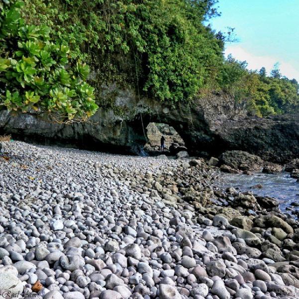 Tanpa Pasir - Foto Keindahan Pantai Watu Kranjang  Kebumen - Indahnya Mengintip Ombak Dari Lubang Karang