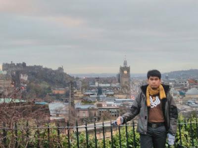 Kaos Islami Keluarga - Foto Dengan Latar Kota Edinburgh Scotlandia