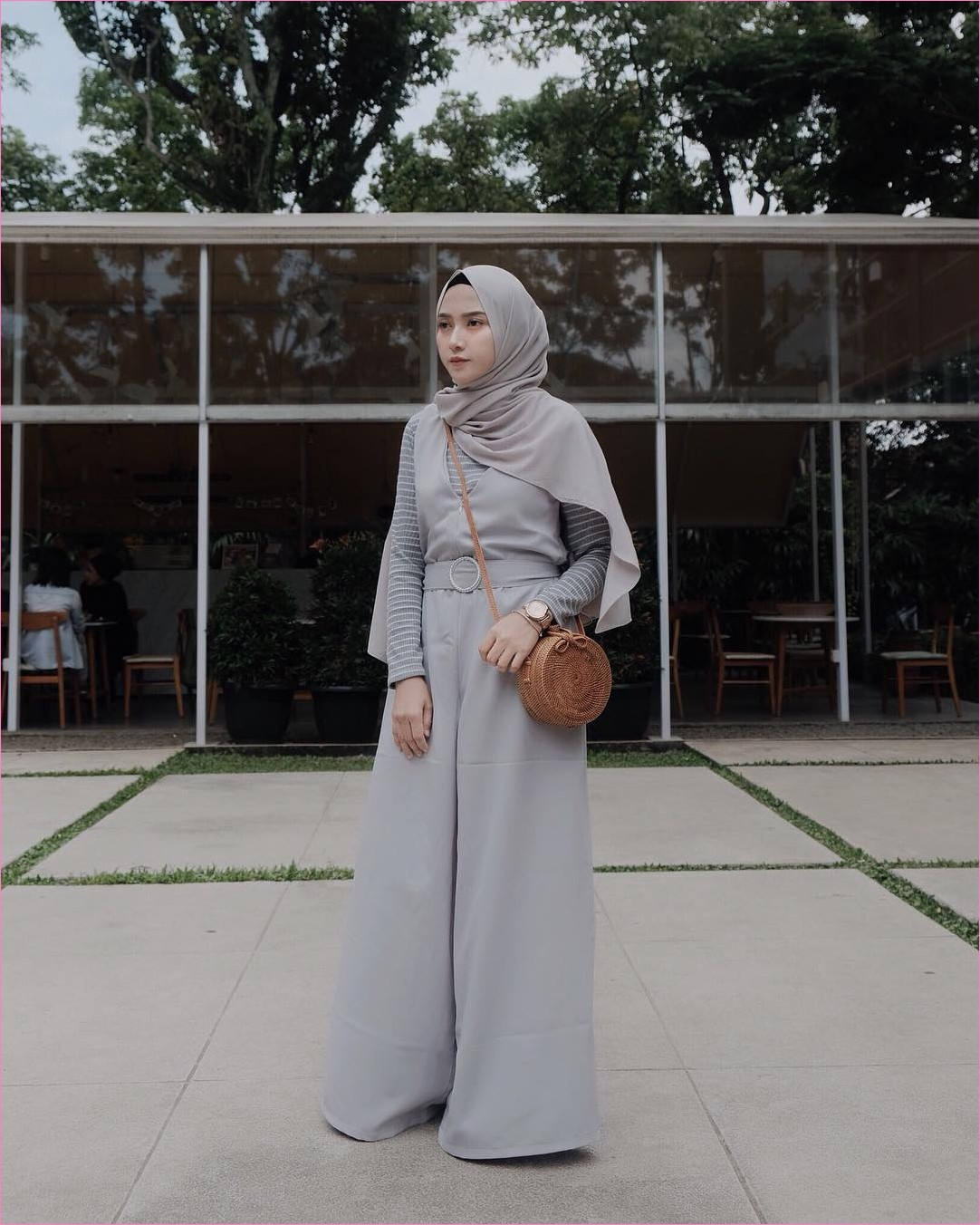 Outfit Kerudung Pashmina Ala Selebgram 2018 hijab pashmina diamond abu muda baju kodok mangset stripe celana cullotes pallazo jam tangan putih slingbags rotan coklat ootd trendy kekian ciput rajut kaca hitam cafe
