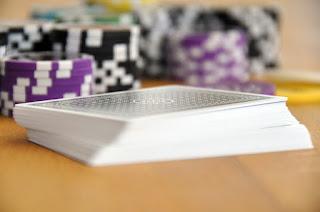 cartas de poker y fichas