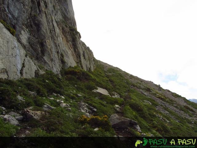 Ruta al Pico Torres y Valverde: Sendero pegado a los murallones de la Peña la Capilla