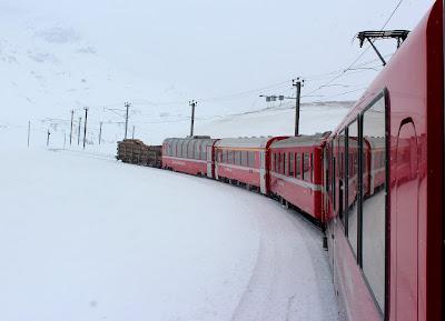 El Bernina Expres con vagones regionales y panorámico (el penúltimo)