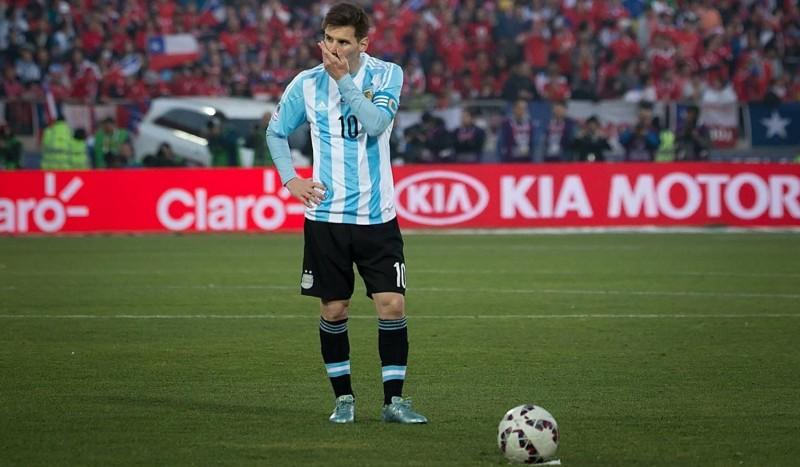 Lionel Messi yang gagal dalam adu penalty Argentina vs Chile di Copa America