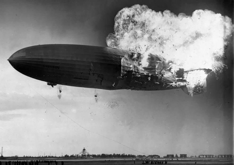 Hindenburg en llamas.