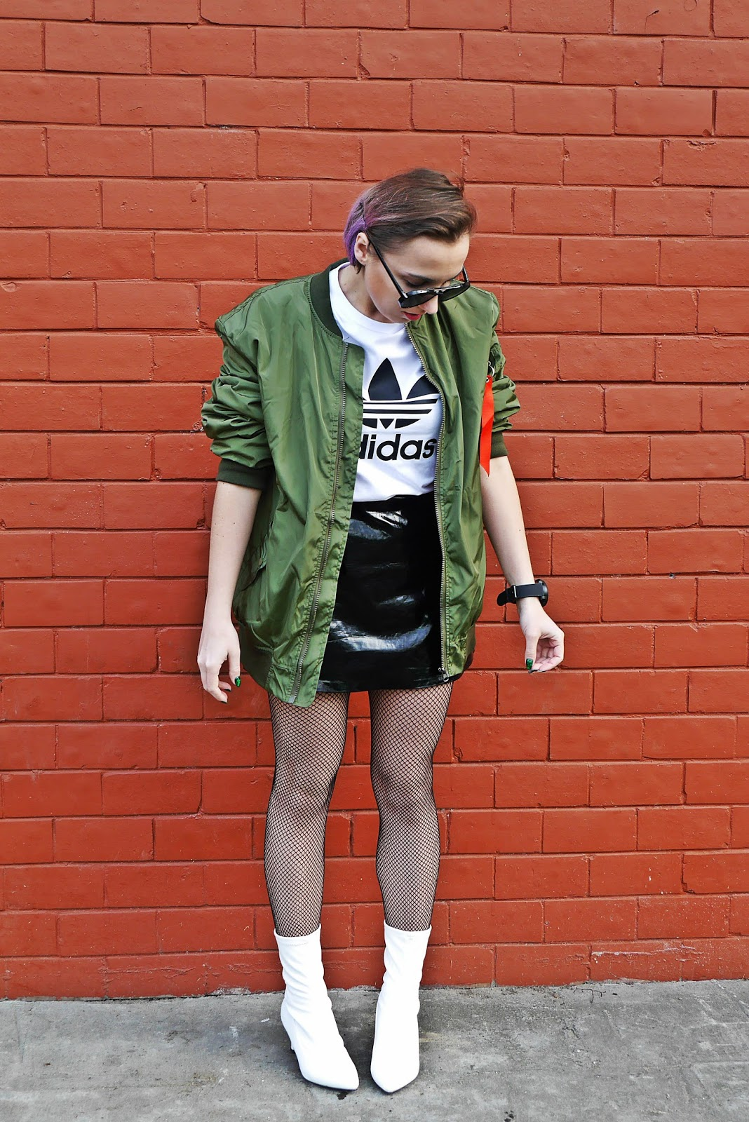 1_oversize_green_bomber_jacet_white_boots_adidas_tshirt_karyn_blog_modowy_080318
