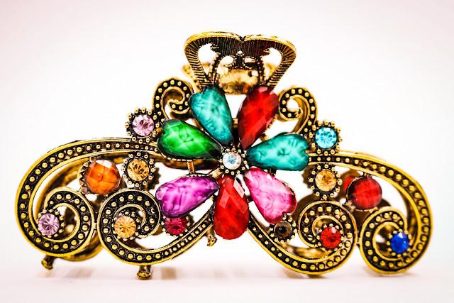 Pince à cheveux, perles, cristaux et strass, cette pince en métal vous étonnera de part sa robustesse et son rendu, une fois portée elle sublime vos cheveux, tout simplement. Vendue à 9 €, plusieurs coloris et cristaux disponibles.