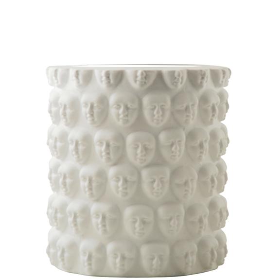 Vas Faces i vit keramik med ansikten från Hallbergs belyning