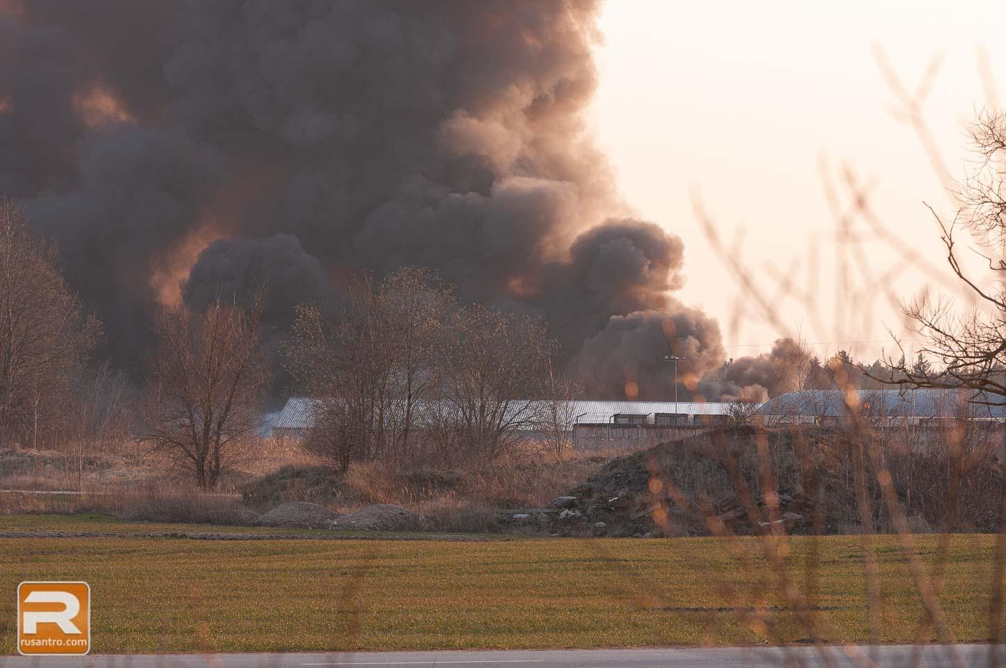 Melni dūmu mutuļi no atkritumu ugunsgrēkā Tukumā