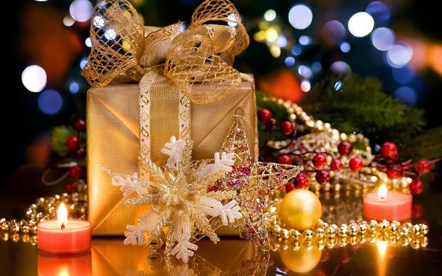 Kerstspullen en brandende kaarsen