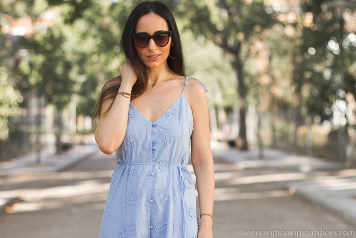 Blogger influencer con ideas de look con mini vestido para vestir verano paseo oficina y fotos bonitas en Valencia