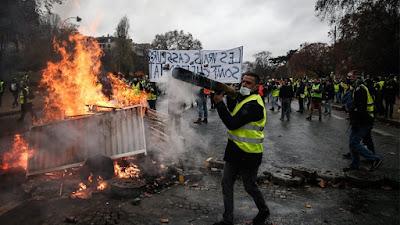 «Κίτρινα Γιλέκα»: Νέος γύρος επεισοδίων στο Παρίσι και καταλήψεις σε λύκεια