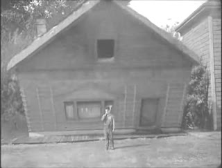Στιγμιότυπο από την ταινία Ποταμόπλοιο Μπιλ, ο Νεότερος και μία από τις πιο επικίνδυνες σκηνές  στην καριέρα του Μπάστερ Κίτον.
