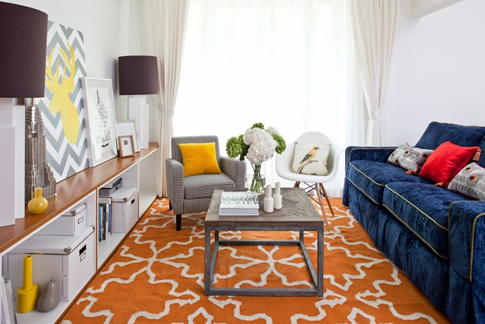 Białe mieszkanie z szarymi i żółtymi dodatkami, wystrój wnętrz, wnętrza, urządzanie domu, dekoracje wnętrz, aranżacja wnętrz, inspiracje wnętrz,interior design , dom i wnętrze, aranżacja mieszkania, modne wnętrza, styl klasyczny, styl nowoczesny, żółte dodatki, salon