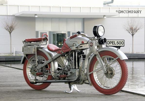 Motorrad Motoclub 500 mit roten Reifen