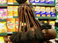 Saat Suku Primitif Afrika Berbelanja di Supermarket