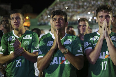 Players who didn't board doomed Colombia plane weep during tribute (photos)