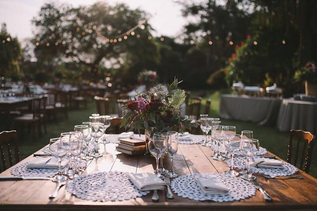 Casamento rústico, casamento real, DIY, marsala, noiva, buquê, marsala, decoração, varal de lâmpadas, casamento a céu aberto, casamento no jardim, casamento diurno