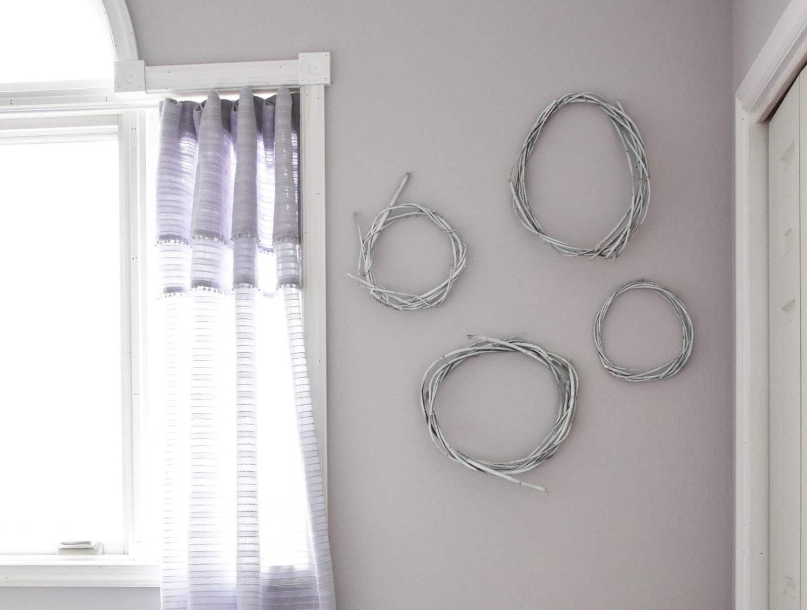 DIY Weidenkränze mit weißer Farbe aufpeppen! Und sie passen perfekt in jedes Interior. Deko, Dekoration, Weide, weiß, Schlafzimmer, Wanddeko,